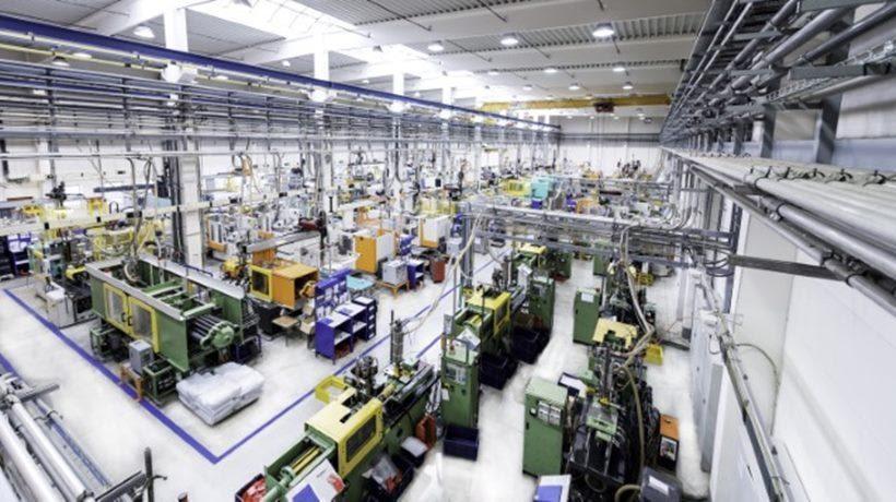 Nhà máy với không gian rộng lớn chứa các nguyên vật liệu, máy móc...